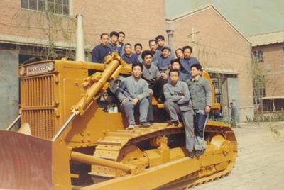 第一代装配人第一次引进小松推土机技术