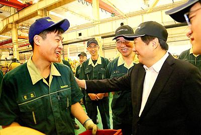 谭旭光董事长在总装线看望慰问一线员工