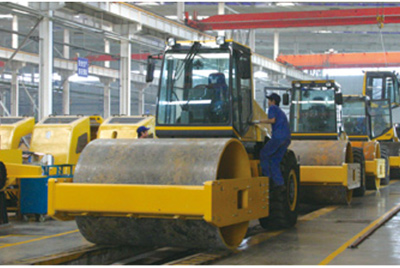 2002年2月,由履带厂开发研制的YZ18液压振动压路机,顺利下线。